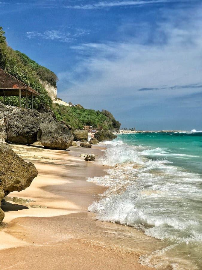 Ondas en la playa soleada arenosa en paraíso foto de archivo libre de regalías