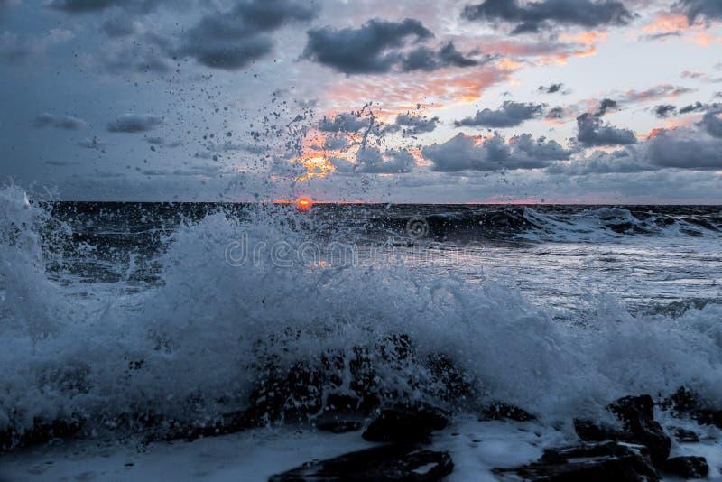 Ondas en la puesta del sol imágenes de archivo libres de regalías