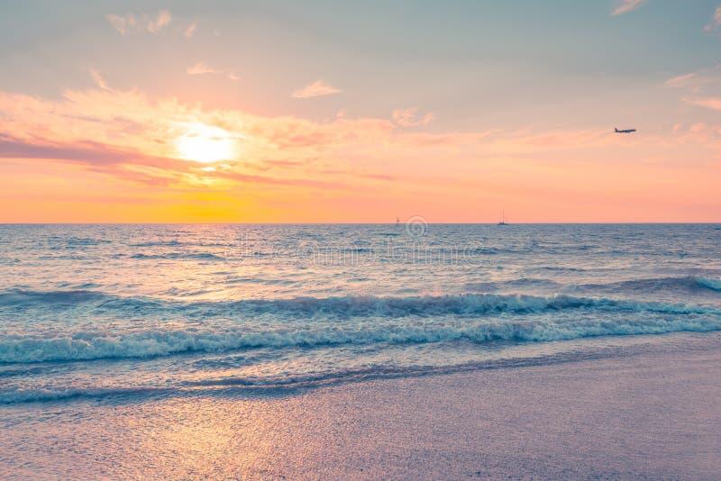 Ondas en la puesta del sol en una tarde caliente imagen de archivo