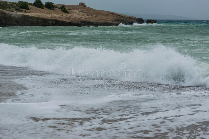 Ondas en una bah?a del Mar Egeo en Rodas imágenes de archivo libres de regalías