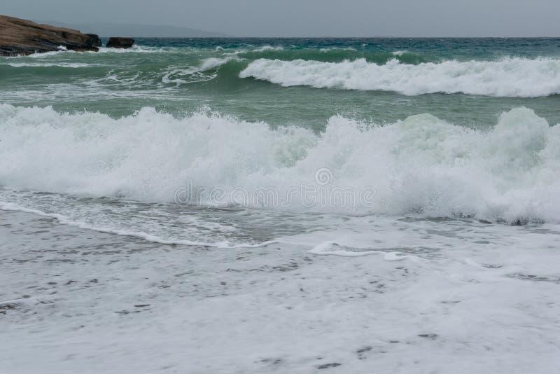 Ondas en una bah?a del Mar Egeo en Rodas fotos de archivo libres de regalías