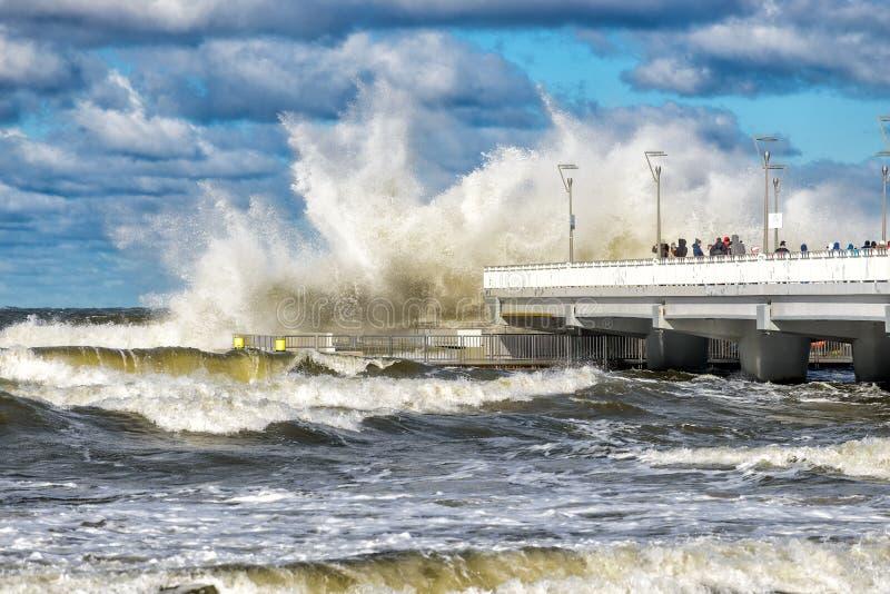 Ondas grandes em uma tempestade na costa do mar Báltico fotos de stock royalty free