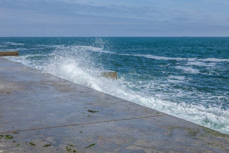 Ondas grandes en costa rocosa y el mar azul fotos de archivo libres de regalías