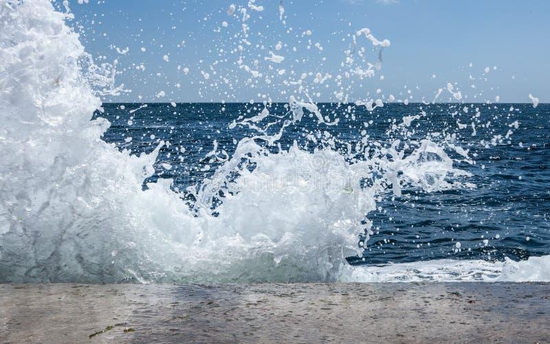 Ondas grandes en costa rocosa y el mar azul imagen de archivo