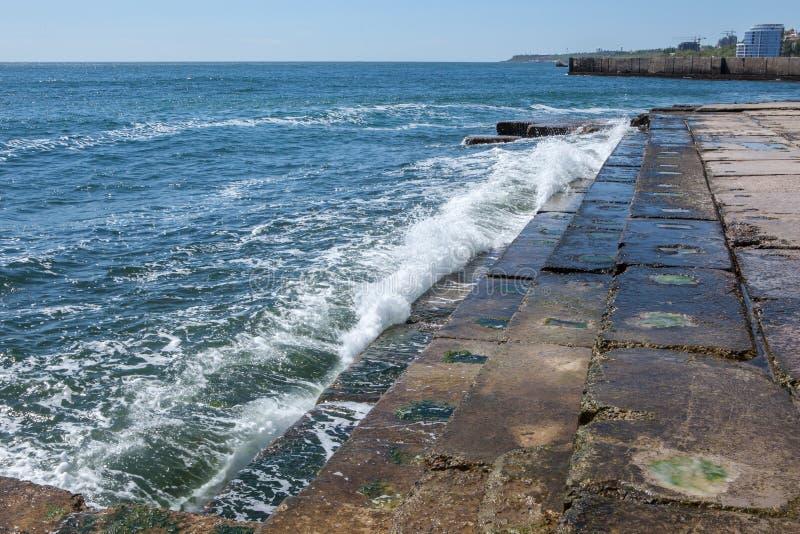 Ondas grandes en costa rocosa y el mar azul imagen de archivo libre de regalías
