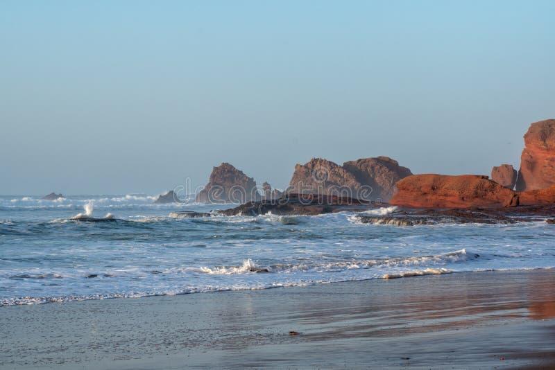 Ondas grandes en el Océano Atlántico - resaca perfecta en el desierto de Marruecos, África foto de archivo libre de regalías