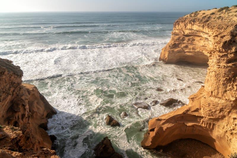Ondas grandes en el Océano Atlántico - resaca perfecta en el desierto de Marruecos, África foto de archivo