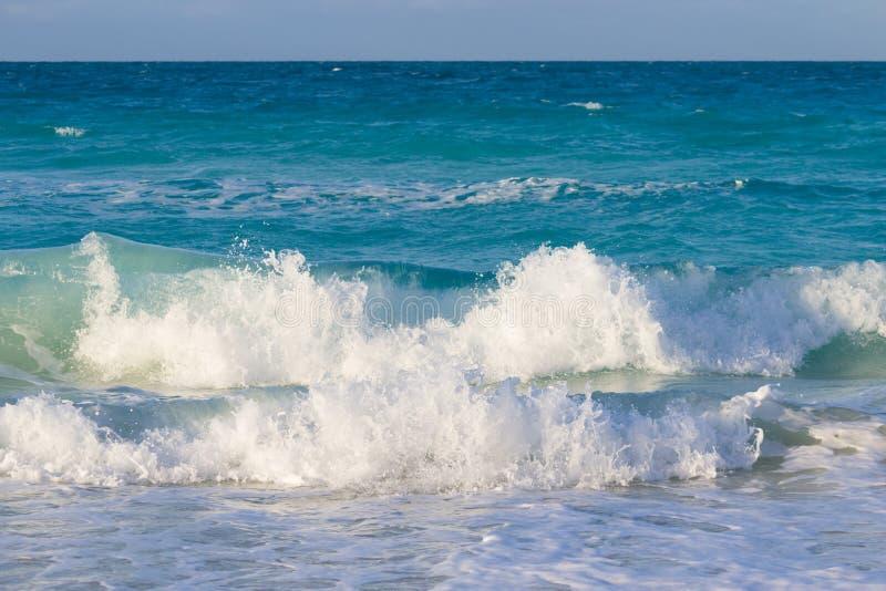 Ondas grandes que golpean la playa en el Caribbeans fotografía de archivo