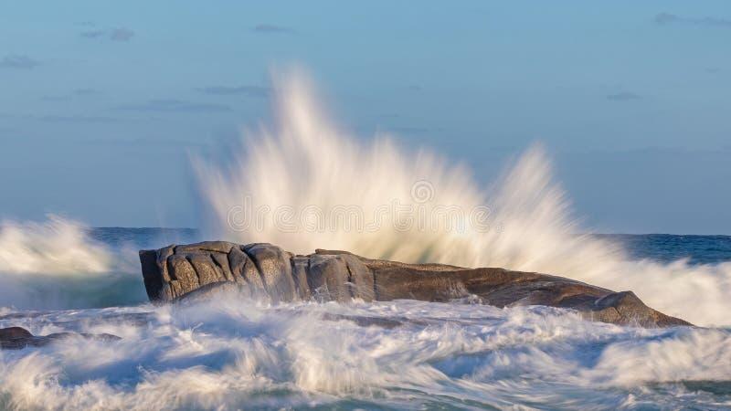 Ondas grandes que salpican en una roca en un costero español, cerca de la ciudad Palamos foto de archivo