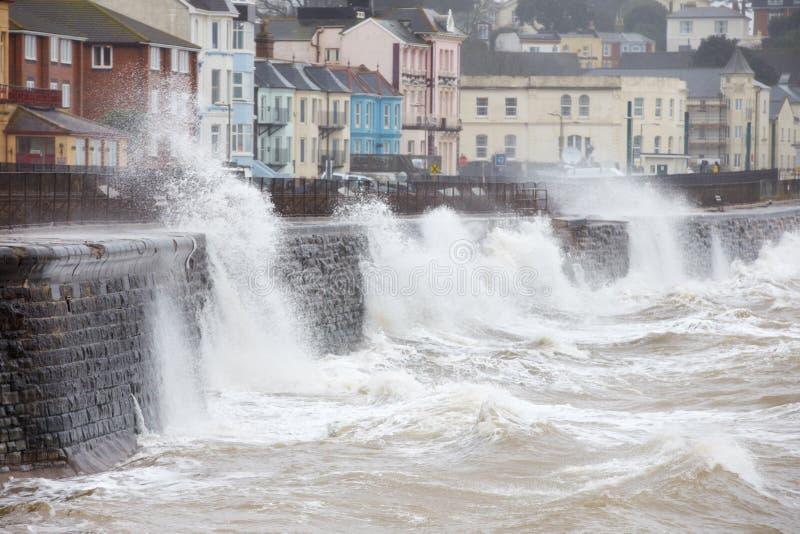 Ondas grandes que se rompen contra la pared de mar en Dawlish en Devon imágenes de archivo libres de regalías