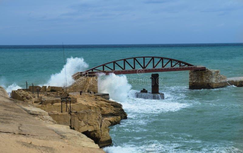 Ondas grandes simples un puente en el fuerte St Elmo foto de archivo