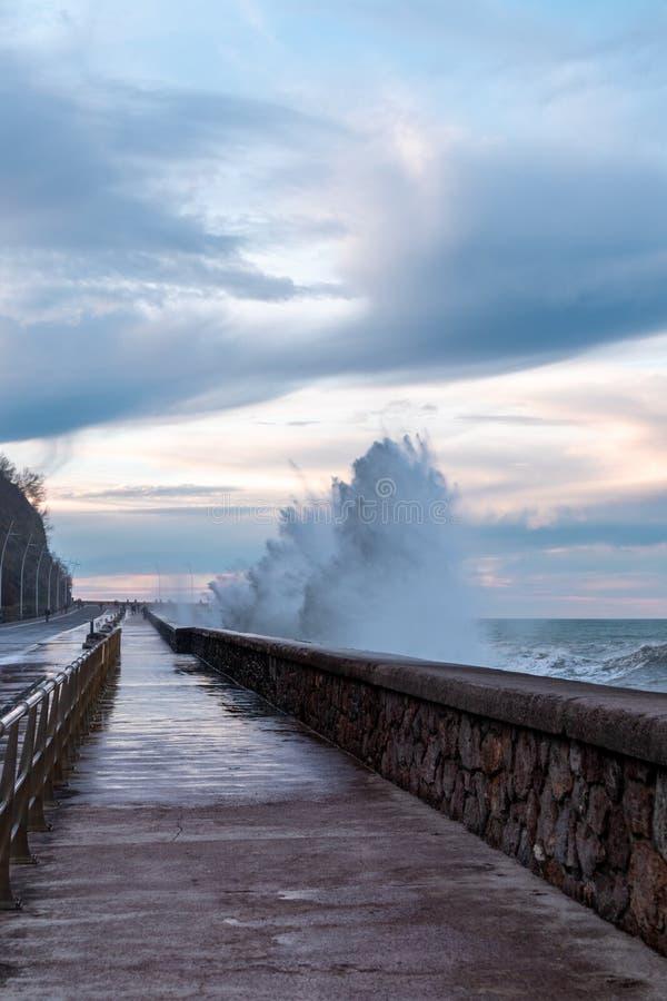 Ondas a invadir a estrada em Donostia, San Sebastian, Espanha fotografia de stock royalty free