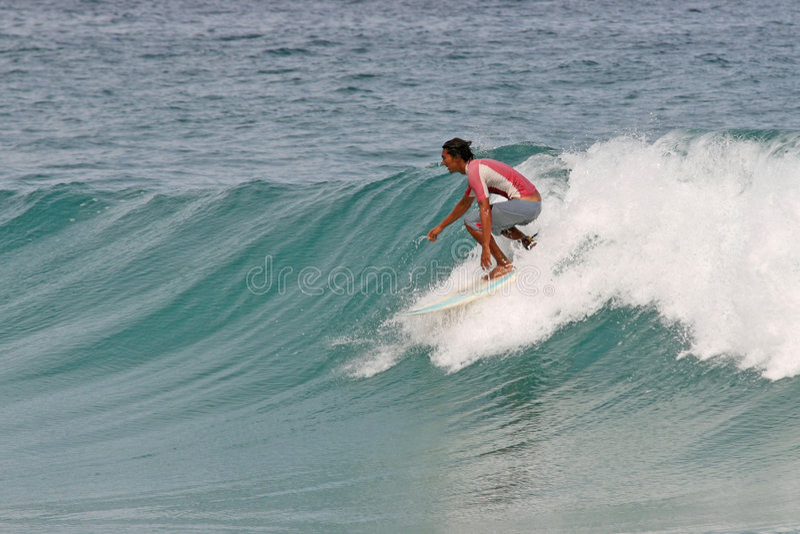 Ondas limpias que practican surf fotografía de archivo libre de regalías