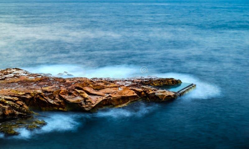 Ondas mediterrâneas em rochas da pedra calcária corroída em Malta imagem de stock royalty free