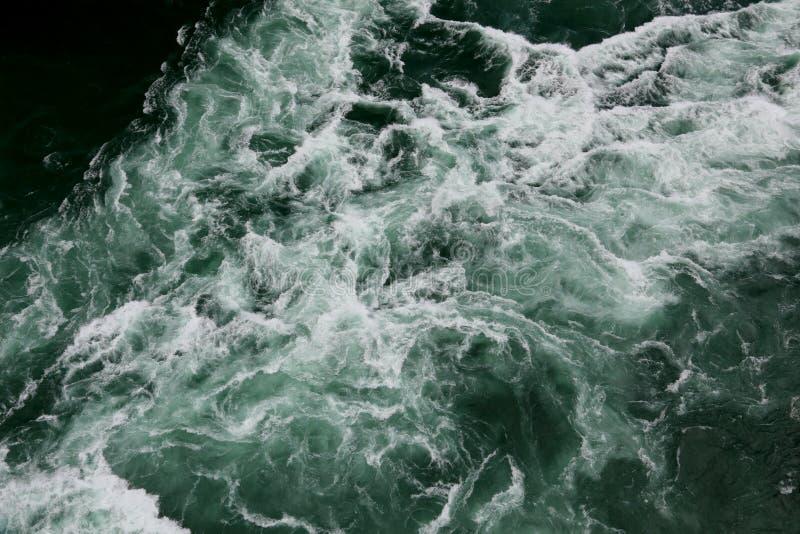 Ondas na água verde imagens de stock royalty free