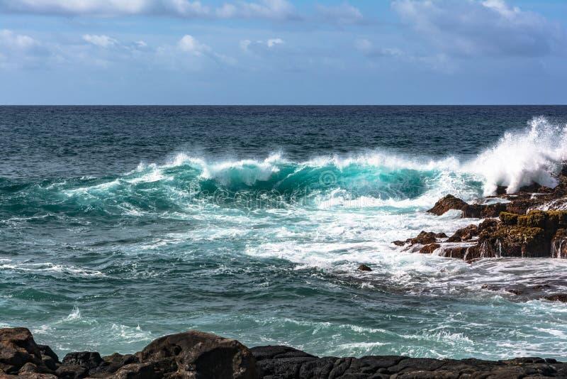 Ondas na baía de Keoniloa, Kauai, Havaí fotografia de stock royalty free