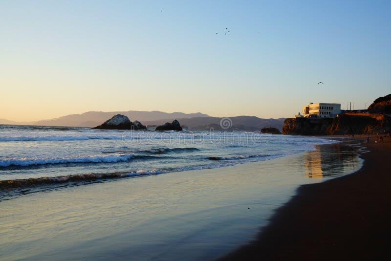 Ondas na linha da costa do sf da praia do oceano imagem de stock