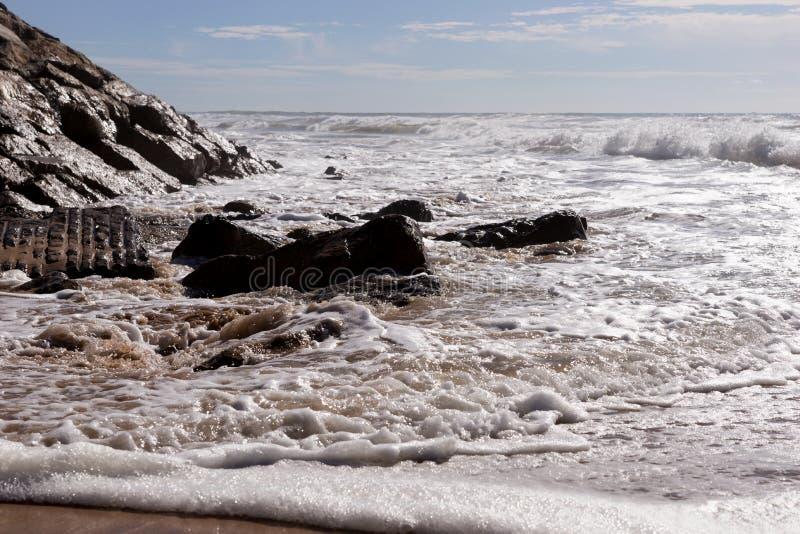 Ondas na praia Areia Branca Costa oeste de Portugal foto de stock