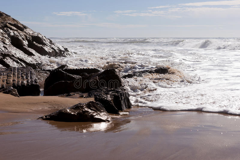 Ondas na praia Areia Branca Costa oeste de Portugal foto de stock royalty free