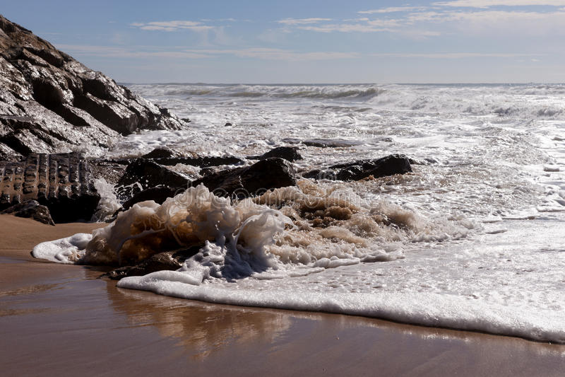 Ondas na praia Areia Branca Costa oeste de Portugal fotos de stock