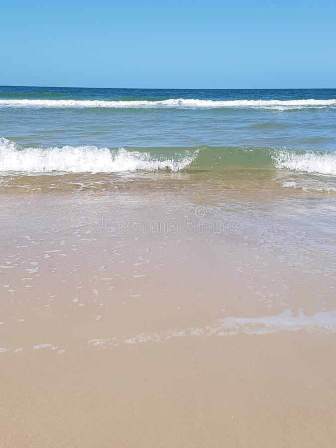 Ondas na praia da ilha do bribie foto de stock