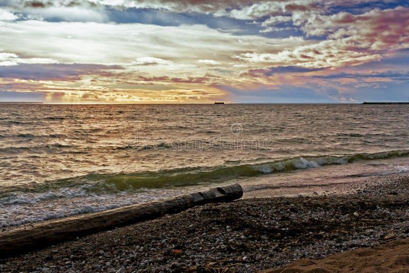 Ondas na praia de Pirita fotografia de stock royalty free