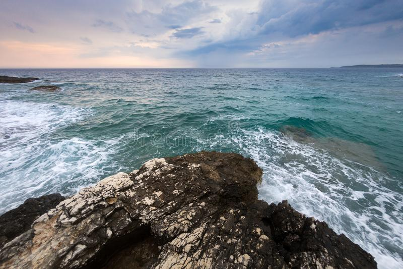 Ondas nas costas do movimento lento da ilha croata de 120fps imagem de stock