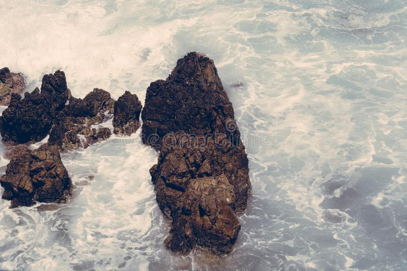 Ondas nas rochas, Creta Grécia fotos de stock