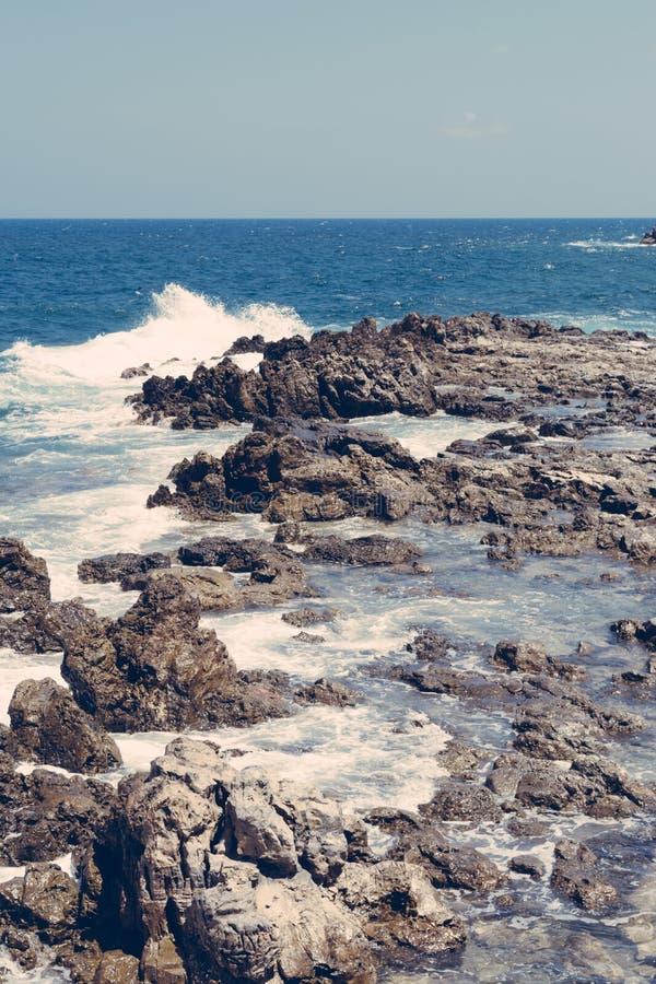 Ondas nas rochas, Creta Grécia imagens de stock