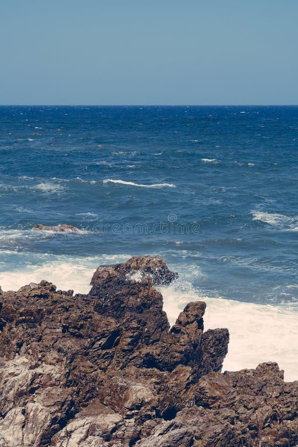 Ondas nas rochas, Creta Grécia fotografia de stock royalty free