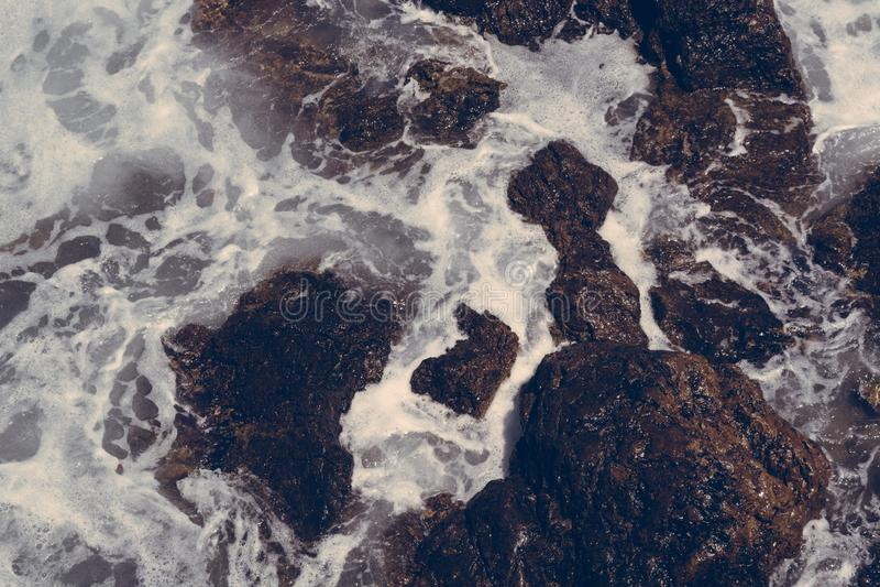 Ondas nas rochas, Creta Grécia foto de stock royalty free