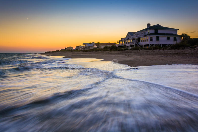 Ondas no Oceano Atlântico e nas casas beira-mar no por do sol, Edis fotos de stock royalty free