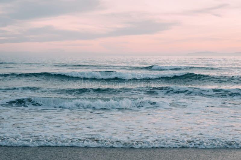 Ondas no Oceano Pac?fico no por do sol, na praia de Newport, Condado de Orange, Calif?rnia fotografia de stock