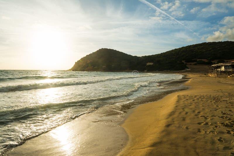 Ondas pequenas pela costa da praia de Speranza do La no por do sol imagem de stock royalty free
