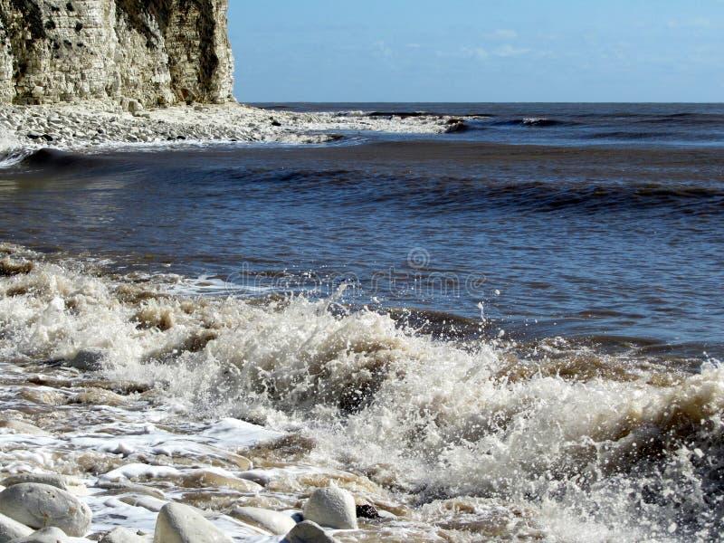 Ondas pequenas que deixam de funcionar na costa perto de Bridlington fotos de stock royalty free