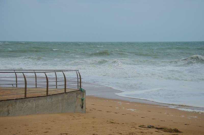 Ondas que acometen a la arena, la orilla del océano cerca de Lagos, Portugal foto de archivo