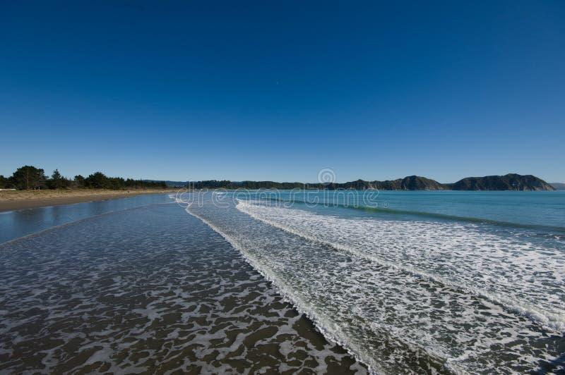 Ondas que alcanzan la línea de la playa imágenes de archivo libres de regalías