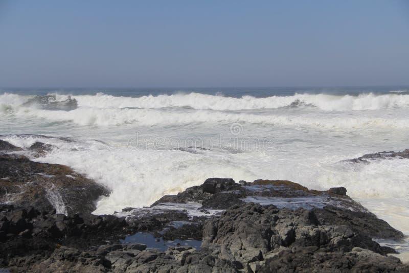 Ondas que causan un crash en la playa rocosa foto de archivo libre de regalías