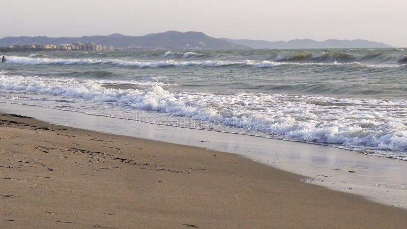ondas que deixam de funcionar durante a noite ventosa em Oceano Atlântico imagens de stock
