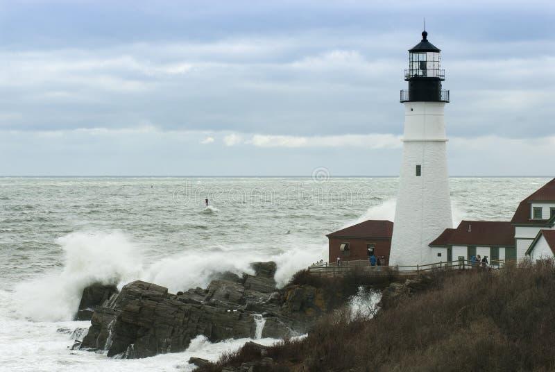 Ondas que deixam de funcionar em rochas por Maine Lighthouse como passagens da tempestade fotografia de stock royalty free