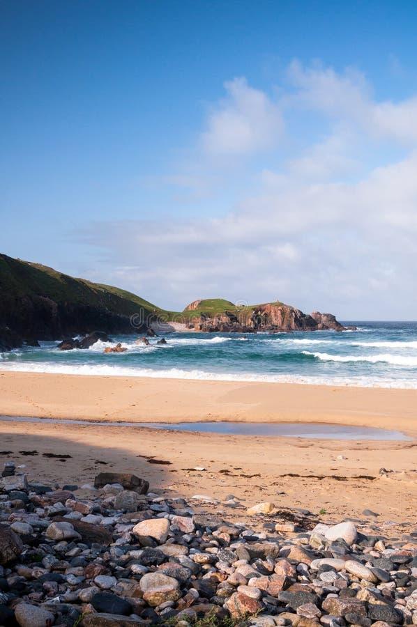 Ondas que deixam de funcionar em uma praia escocesa foto de stock