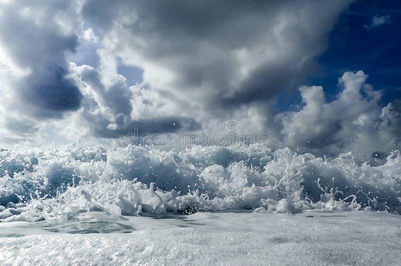 Ondas que deixam de funcionar na praia no Oceano Atlântico de Florida fotografia de stock