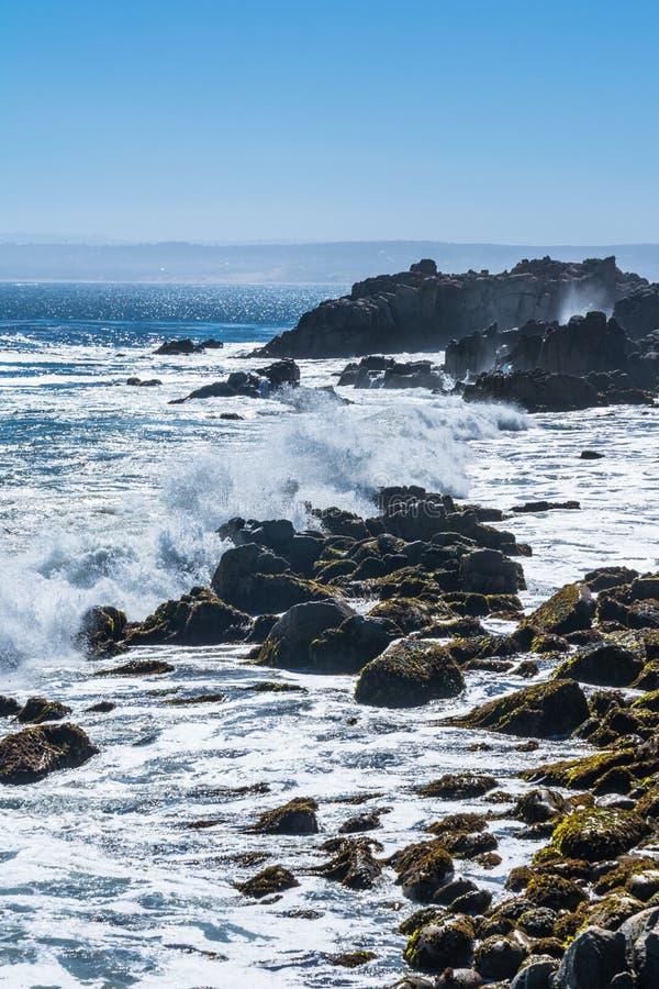 Ondas que deixam de funcionar nas rochas, Monterey, Califórnia fotografia de stock