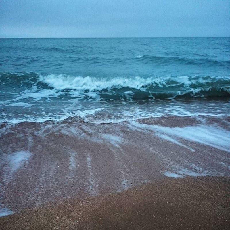 Ondas que entram ao Sandy Beach fotografia de stock royalty free