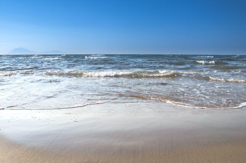 Ondas que esmagam a praia, Grécia fotografia de stock royalty free