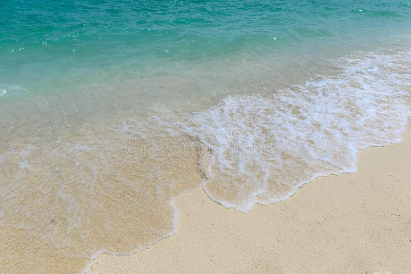 Ondas que espirram na praia branca fotos de stock royalty free