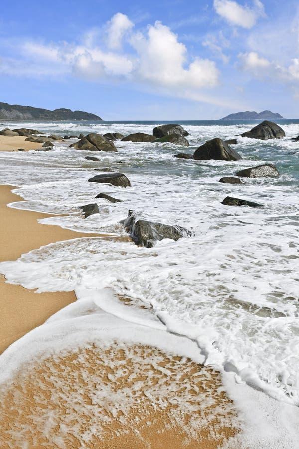 Ondas que espirram na praia em Sanya, ilha de Hainan, China imagens de stock royalty free