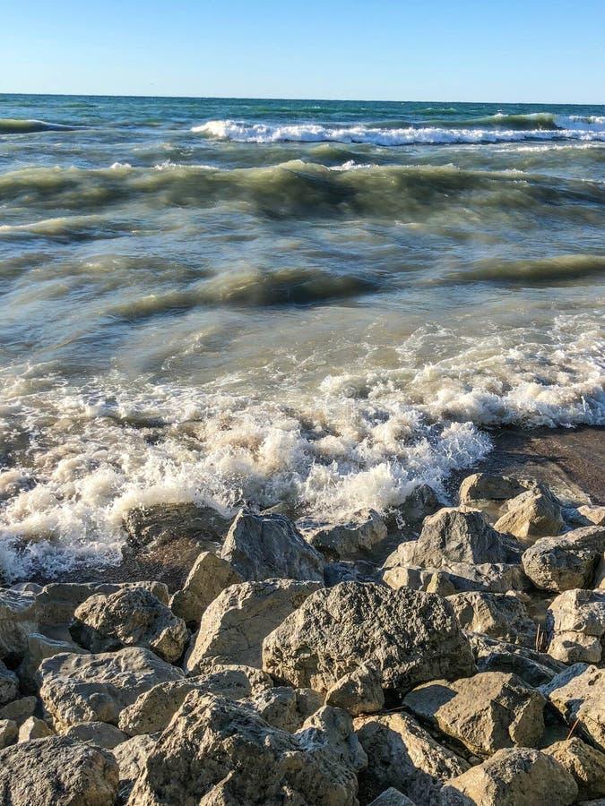 Ondas que espirram na praia rochosa no parque estadual foto de stock