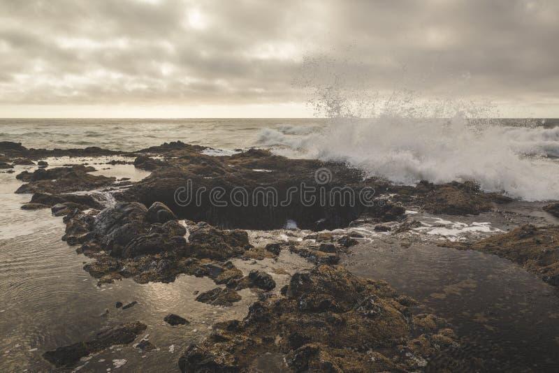 Ondas que espirram no poço do ` s do Thor foto de stock royalty free