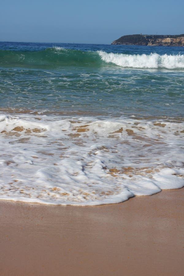 Ondas que quebram na costa de mar imagens de stock